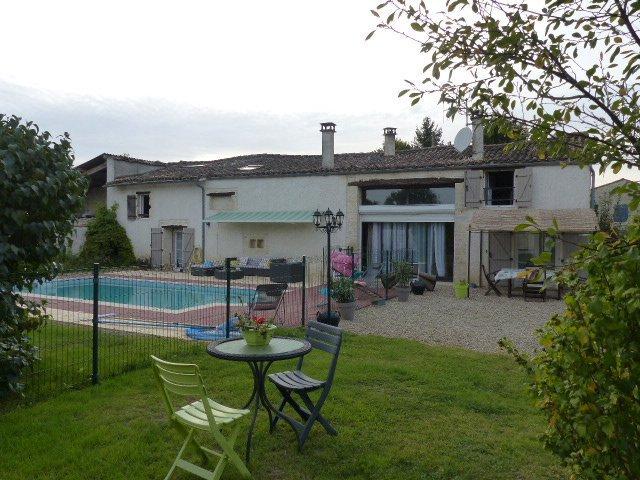 Maison niort 4 chambres piscine immoselection for Piscine desjoyaux niort